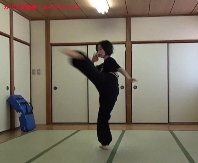 女性メンバーのミドルキック(中段回し蹴り)